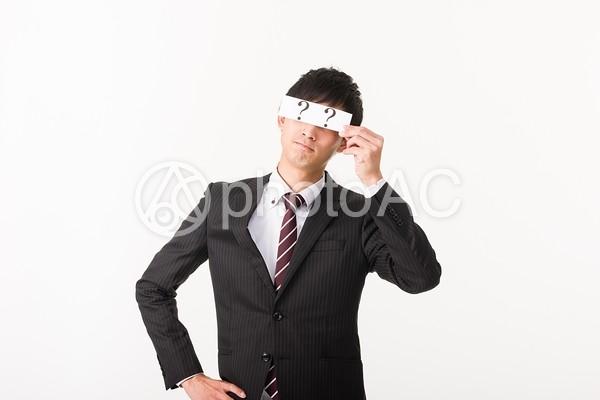クエスチョンマークで目を隠すビジネスマン4の写真