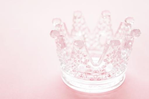 ガラス がらす グラス 王冠 おうかん キング ビン 瓶 びん 背景 ピンク ぴんく 桃色 背景ピンク 優しい 色 カラー 明るい シンプル 食器 小物 小物入れ ぶつぶつ ブツブツ 右寄り インテリア ギザギザ ぎざぎざ 開く 透明 半透明 壁紙 テクスチャ テクスチャー イメージ 素材 アップ 接写 可愛い かわいい カワイイ