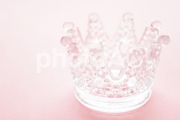ガラスの王冠・ピンク背景の写真