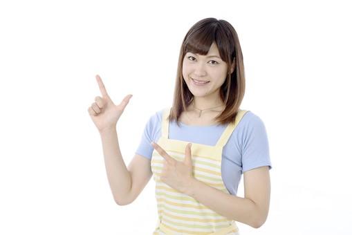 人物 屋内 白バック 白背景 日本人 1人 女性 20代 30代 エプロン  奥さん 奥様 婦人 家庭人 夫人 主婦 若い ポーズ 合図 手 両手 指 指差し 指さし 指をさす 指を差す チョキ ちょき ひらめき 閃き ひらめいた mdjf018