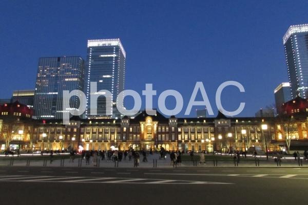 夕暮れの東京駅 の写真