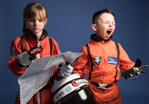 背景 ダーク ネイビー 紺 子ども こども 子供 2人 ふたり 二人 男 男児 男の子 女 女児 女の子 児童 宇宙服 宇宙 服 スペース スペースシャトル 宇宙飛行士 飛行士 オレンジ 希望 夢 将来 未来 体験 職業体験 職業 小道具 小物 ヘルメット 抱える 調べる 調査 地図 道 距離 目的地 無線 無線機 通信 虫めがね びっくり ビックリ 驚き 驚愕 発狂 嘆く 外国人  mdmk009 mdfk045