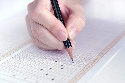 マークシート 人 人物 手 指 入試 試験 テスト 受験 合格 センター試験 マーク 免許 アンケート 冬 解答 電子投票 鉛筆 大学入試 適性検査 用紙 紙 記入
