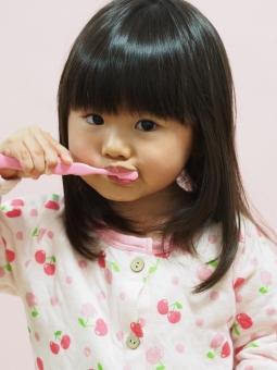 女児 子供 歯みがき 歯ブラシ 日本人 kids girl child kids toothbrush brushing japanese 背景無し pajamas 寝具 幼児 園児 歯磨き 女の子 虫歯