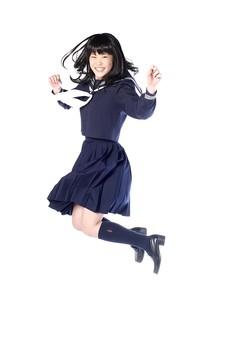 ジャンプする女子高生の写真