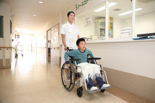 白衣 病院 医院 医療 ナース 看護師 看護婦 患者 車椅子 子供 入院 ナースステーション 廊下 押す 看護 世話 男の子 笑顔 コピースペース 散歩 日本人 mdmk003 mdjf034