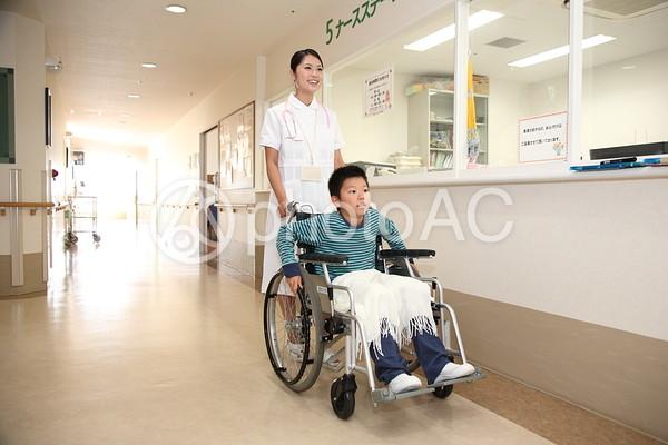 看護師と車椅子の子供2の写真