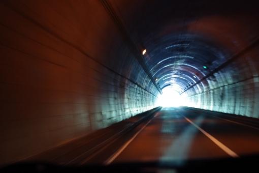 トンネル 山道 tunnel 光 眩しい まぶしい 眩い まばゆい 暗い 明暗 とんねる 車 車窓 自動車 道 出口 exit スピード speed