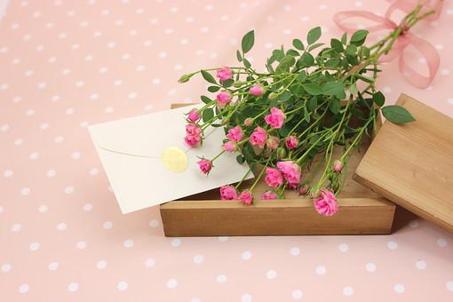花 植物 薔薇 ばら バラ 綺麗 美しい 切花 切り花 花びら 花束 フラワーアレンジメント ミニバラ 花瓶 手紙 封筒 木箱 箱