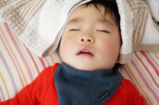仰向けに寝る子どもの写真
