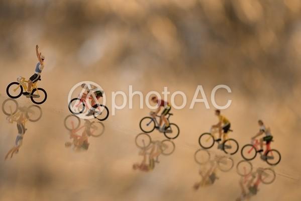 並んで走るサイクリストのミニチュア4の写真
