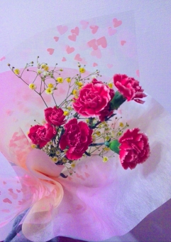 夫 花束 赤 ピンク 白 黄色 バラ 花言葉 愛 美 ブーケ 7本 ひそかな愛 植物 花 自然 風景 背景 愛しい 愛してる 大好き 好き プレゼント 嬉しい 喜び
