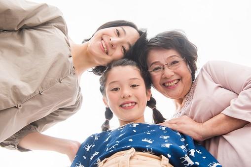 人物 日本人 家族 親子 三世代 3代 3人 女性 親 子供 こども 孫 お母さん 祖母 おばあちゃん 寄り添う 集まる 笑顔 スマイル 仲良し 白バック 白背景 ローアングル 絆  女性だけ mdjf017 mdfk014 mdfs003