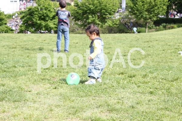 広場でボール遊びをする子供(幼児)の写真