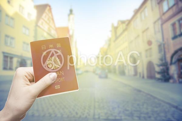 パスポートを持つ手2の写真