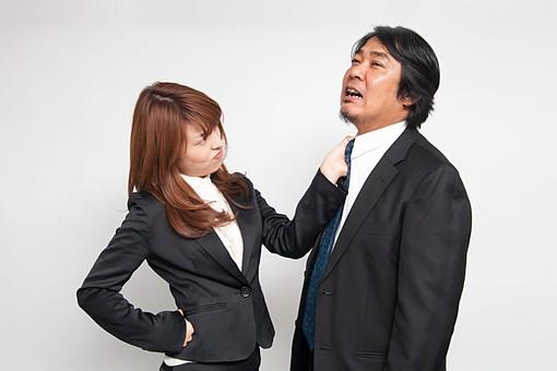 人物 日本人 男性 女性 部下  上司 クライアント 仕事 職業 屋内  白バック 白背景 室内 会社 OL ビジネスマン 中年 若い 怒る 態度 ネクタイ つかむ 掴む セクハラ ふざける 説教 立腹 腹が立つ コミカル ユーモラス オーバーリアクション mdfj012 mdjm010