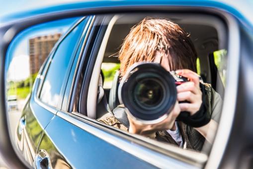 撮影 取材 パパラッチ 新聞社 雑誌 サイドミラー カメラマン 写真 レンズ カメラ 男性 自動車 追跡 トレース 瞬間 芸能人 スクープ 記事 発見 ビジネス プロ 仕事