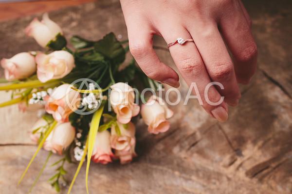 指輪の手と花束の写真