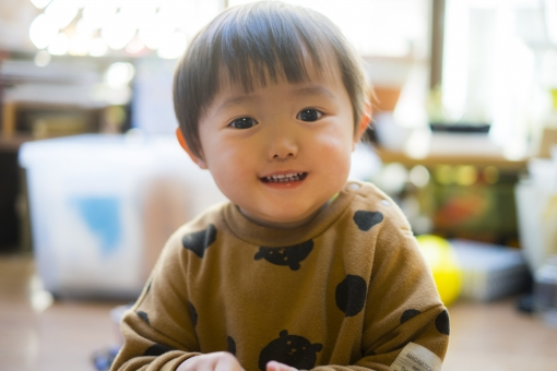 男子 人物 日本人 笑顔 健康 かわいい 子供 男の子 幼児 こども 微笑む 男児 子育て 成長 癒される 赤ちゃん 光 ベビー 育児 キラキラ モデル わんぱく 澄んだ瞳 子供部屋 満面の笑み お気に入り 園児 やんちゃ 健やか 成長する すくすく育つ 2歳児 きれいな目 赤ちゃんの顔 子供の顔 二歳児 部屋で遊ぶ 笑う子供 サラサラの髪 柔らかい髪 柔らかい肌 かわいい男の子 子供モデル 室内で遊ぶ
