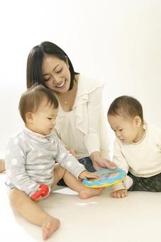 親子 母子 親 おや 母 母親 ママ マザー 子ども 子供 子 赤ちゃん 赤ん坊 乳児 幼児 ベイビー 絆 笑顔 笑う 女性 女 人物 触れ合い ふれあい 室内 部屋 座る 玩具 おもちゃ 兄弟 姉妹 遊ぶ 日本人 mdfk006 mdfk008 mdjf016