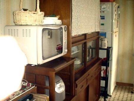 昔 古い 家具 家電 冷蔵庫 テレビ 戸棚 炊飯器 時代物 20年前 アパート 質素 食器棚 住居 台所 居間 日本間 新婚時代 若い 懐かしい アンティーク 思い出