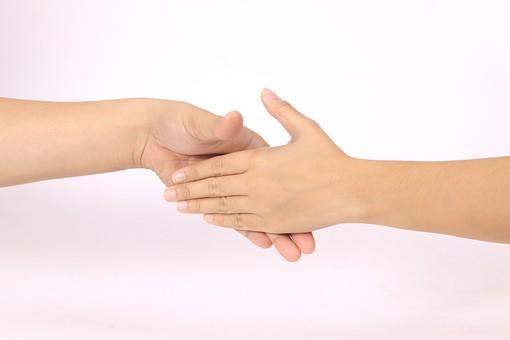 手 ハンド ハンドパーツ ボディパーツ 人物 指 手元 手首 ジェスチャー 身振り 肌 人肌 腕 パーツ 部位 片手 片腕 白バック 白背景 コピースペース テキストスペース 握手 絆 繋がり 2人 二人 結びつき 手の平 合わせる