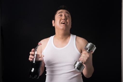 日本人 男性 ぽっちゃり 肥満 ダイエット トレーニング ワークアウト 運動 痩せる 痩せたい 筋肉 筋トレ ジム ダンベル やる気 目標 ビフォー 太っている 太り気味 メタボ モテたい 努力 マッチョ ボディー タンクトップ 気合い 腕をあげる コーラ 飲み物 糖質 辞める 諦める ふざける 誘惑 飲んでいる 我慢できない 面白い mdjm017