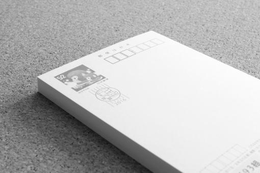 年賀状 モノクロ ハガキ イメージ 新年 挨拶 ご挨拶 お礼 気持ち 近況報告 疎遠 出す 出さない 年賀 年末年始 風物詩 廃れる 廃止 文化 伝統 日本 減少 減る 枚数 交流 連絡 報告 背景 素材 ウェブ
