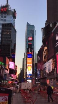 アメリカ ニューヨーク 朝 タイムズスクエア ベンチ 歩行者 広告塔