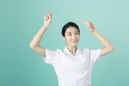 人物 女性 日本人 20代 30代  仕事 職業 医療 病院 看護師  ナース 医者 医師 女医 白衣  看護 屋内 スタジオ撮影  背景 グリーンバック  おすすめ ポーズ 上半身 指差し 指さす 両手 上 注目 案内 説明 薬剤師 mdjf010 グリーン 緑