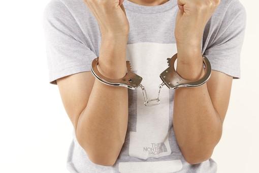 人物 男性 若者 手 手錠 犯罪 犯人 犯罪者 逮捕 検挙 事件 窃盗 詐欺 傷害 罪 現行犯 容疑者 捕まえる 正面 白バック 白背景 アップ Tシャツ ジーパン ジーンズ 捕まる