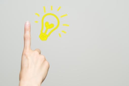 アイデア 女性 発見 ひらめき 考え 発明 ヒント 電気 電球 チャンス ジェスチャー 手 光る ライト 思いつき ひらめき 指 パーツ なるほど