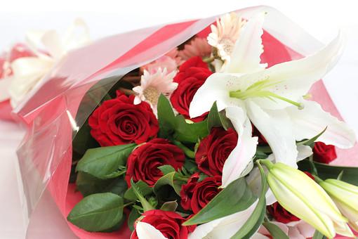 百合 ユリ ゆり 薔薇 バラ ばら 花束 愛 美 愛情 情熱 熱烈な恋 植物 フラワー 種子植物 花弁 花びら 生花  葉 葉っぱ 赤い花 白背景 白バック ホワイトバック 5月 6月 10月 11月 ローズ レッドローズ