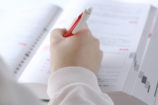 人 人物 女性 手 ビジネス 試験 センター試験 テスト 仕事 入試 勉強 受験 受験生 合格 中学生 学校 学習 宿題 高校生 日本人