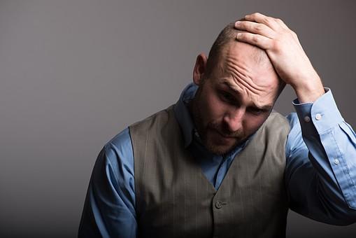 考える 悩む 困る 頭を抱える ベスト スキンヘッド 薄毛 ハゲ 坊主 茶髪 白髪 ヒゲ 髭 毛深い 卵型 ブルーアイ 青い目 二重 外国人 男性 40代 中年 スーツ シャツ 社会人 ビジネスマン サラリーマン mdfm077