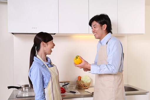 男 男性 女 女性 若者 20代 夫婦 人物 カップル ディンクス 料理 エプロン 野菜 パプリカ 赤ピーマン キッチン 台所 キャベツ にんじん 人参 じゃがいも 新婚 ライフスタイル 笑顔 若い 日本人 mdjf033 mdjm003