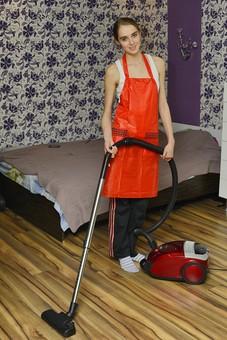 人 人物 女性 外国人 外国人女性 金髪 金髪女性 エプロン オレンジ色 衣類 衣服 シャツ 白色 壁 壁紙 柄 花柄 掃除 清掃 ベッド 掃除機 掃除用品 電化製品 フローリング 床掃除 ジャージ スウェット 靴下 mdff032