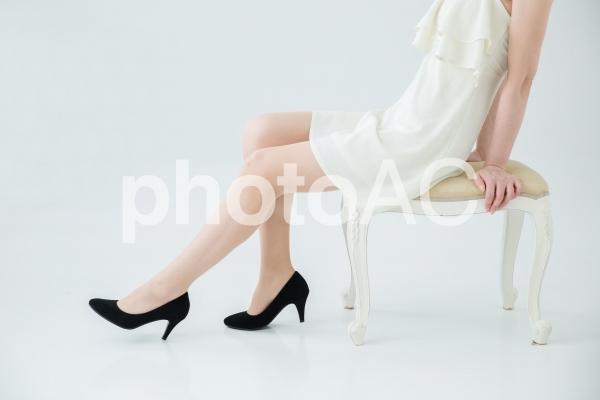 椅子に座る美脚の女性の写真