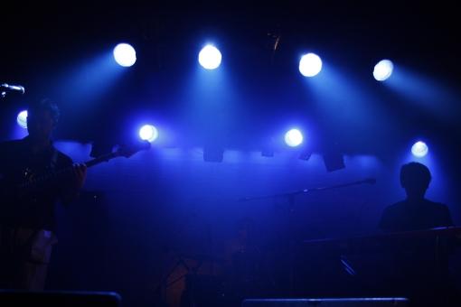 ライブ ライブハウス 音楽 楽器 ミュージック 演奏 演奏家 演奏会 発表会 コンサート 披露 クラブ ステージ 趣味 イベント 道具 機材 装置  プレー パフォーマンス プレイ 弾く 生演奏 会場 ミュージシャン アーティスト 人物  ギター ベース ピアノ ライト 照明 スポットライト