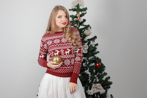 白バック 白背景 グレーバック 外国人 白人 金髪 ブロンド 20代 30代 女性 セーター ニット ノルディック柄 スカート クリスマス Christmas X'mas クリスマスツリー ツリー モミ もみの木 樅の木 モミの木 飾り オーナメント ボール リボン ブーツ 松ぼっくり 立つ 金 ゴールド 持つ カメラ目線 mdff129