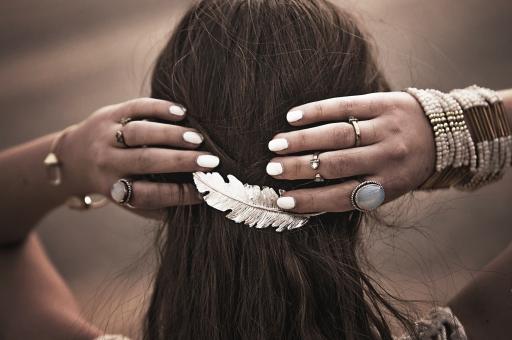 ヘアアクセサリー 髪留め 羽 フェザー シルバー アクセサリー ファッション ジュエリー アンティーク ホワイト 白 重ねづけ 天然石 夏 ネイル マニュキュア カジュアル 指輪 リング バングル 腕輪 ブレスレット 女性 手 両手  ネイティブアメリカン ボヘミアン バレッタ 後ろ姿 後頭部