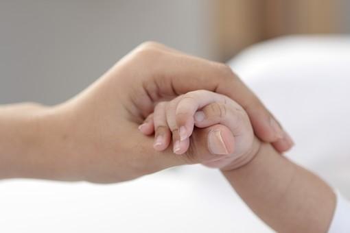 人物 手 指 大人 子供 小さい 大きい 赤ん坊 赤ちゃん 乳幼児 新生児 0歳 包む 掴む 置く 握る 優しい 温かい 可愛い 愛らしい 愛しい 守る 庇護 信頼 親子 支える 右手 繋ぐ