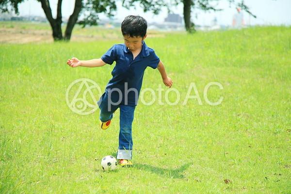 サッカーする子供2の写真