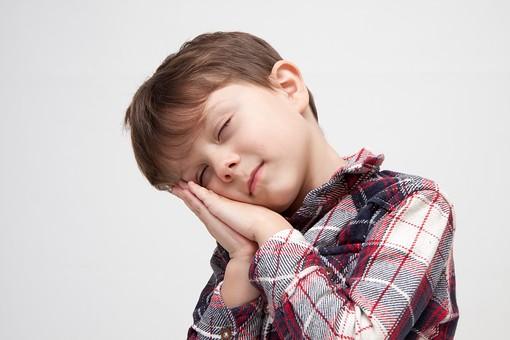 v人物 こども 子ども 子供 男の子   少年 幼児 外国人 外人 かわいい   無邪気 あどけない 屋内 スタジオ撮影 白バック   白背景 ポートレート ポーズ キッズモデル 表情  シャツ  カジュアル 上半身 眠い 眠り 手を合わせる 首を傾ける 目を閉じる mdmk010
