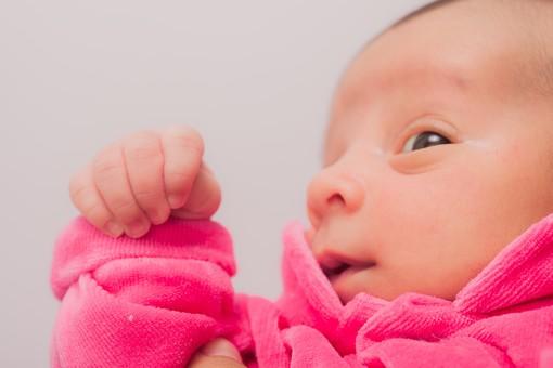 人物 外国人 赤ちゃん 赤ん坊 ベビー ベイビー 新生児 乳児 顔 手 指 肌 素肌 ベビー服 ベビーウェア ピンク 小さい かわいい 出産 誕生 命 生命 愛情 幸せ 幸福 成長 発育 発達 子育て 育児 ポートレート アップ mdmk013