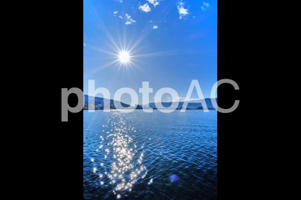 太陽の反射の美しい諏訪湖の写真