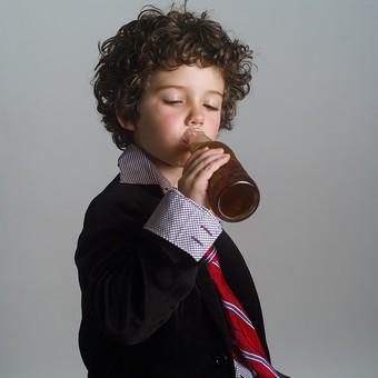 外国人 外人 白人 男性 男 男の子 子供 子ども 幼児 パーマ 天然 幼稚園 小学生 Yシャツ ワイシャツ 青 白 チェック 柄 ネクタイ 赤 ファッション お洒落 飲み物 飲料 ジュース お酒 持つ 瓶 ビン ドリンク 飲む 試飲 見る mdmk011