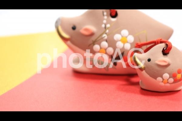 亥年 猪親子の置物 金赤バックの写真