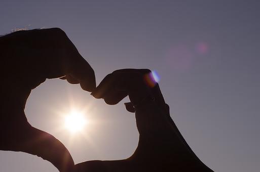 自然 風景 環境 旅行 観光 波 影 夕暮れ 日暮れ 夕方 日の入り 後光 光 太陽 幻想的 芸術 芸術的 まぶしい 神々しい ムード カップル シルエット デート プロポーズ 雰囲気 男女 砂浜 告白 ハート ポーズ ラブラブ 太陽