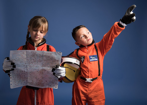 背景 ダーク ネイビー 紺 子ども こども 子供 2人 ふたり 二人 男 男児 男の子 女 女児 女の子 児童 宇宙服 宇宙 服 スペース スペースシャトル 宇宙飛行士 飛行士 オレンジ 希望 夢 将来 未来 体験 職業体験 職業 小道具 小物 ヘルメット 抱える 調べる 調査 地図 道 距離 目的地 目指す 指す 示す  外国人 mdmk009 mdfk045